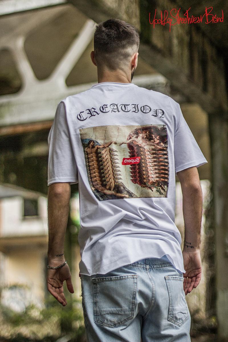 foto ambientata della t-shirt oversize creation di updfq brand streetwear.jpg